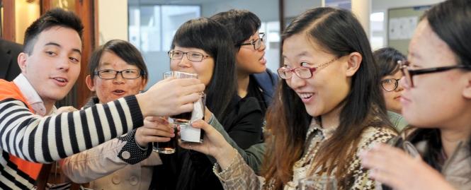 Estudiantes de la Universidad Pedagógica de Harbin con estudiantes de la Universidad ORT Uruguay.