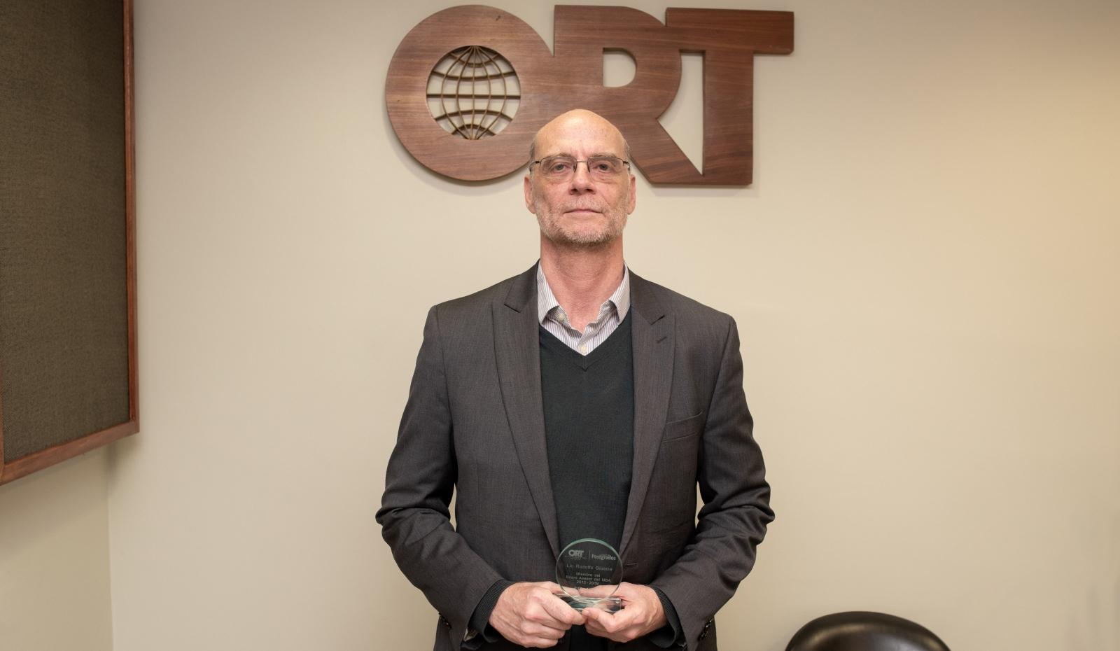 *Rodolfo Gioscia recibe distinción por su participación en el board del MBA*